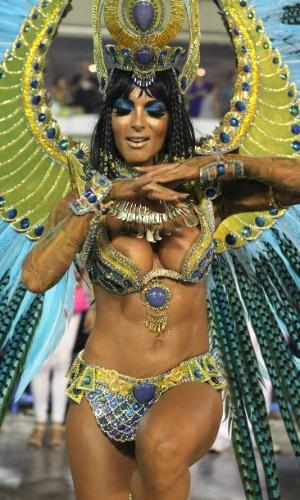 17.fev.2015 - A musa e ex-dançarina do Faustão Carla Prata desfila como Cleópatra