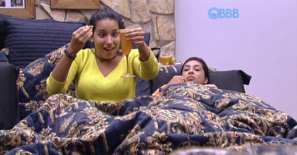 17.fev.2015 - A sessão de cinema vira e festa. Talita derruba cerveja na cama e leva bronca de Luan