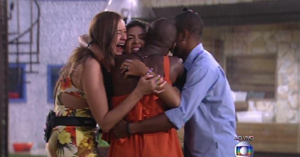 17.fev.2015 - Amanda comemora abraçada com Tamires, Angélica e Luan