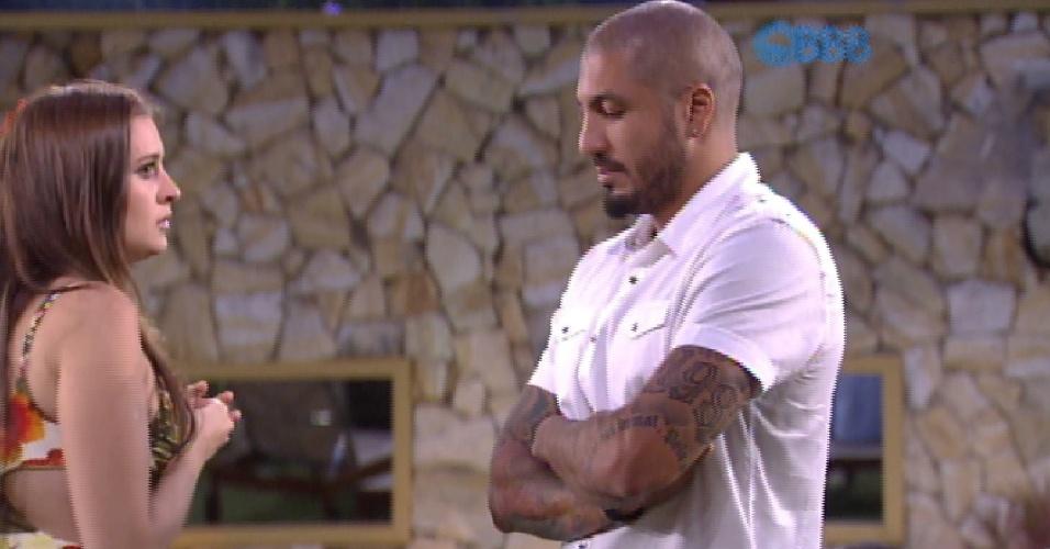 17.fev.2015 - Após a eliminação de Aline, Tamires pede desculpa a Fernando pela gritaria