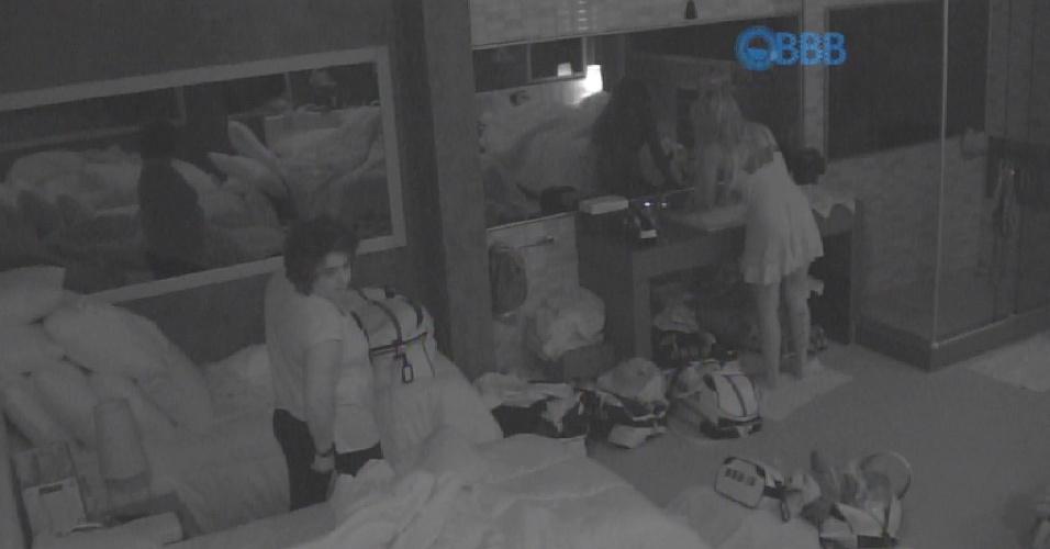 17.fev.2015 - Após intensas trocas de carícias com Fernando debaixo do edredom, Aline levanta para lavar as mãos e acorda Mariza e Adrilles. Assim que a professora sai do quarto, o casal começa a rir alto.