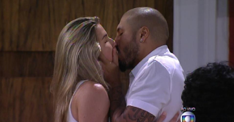 17.fev.2015 - Após o anúncio da eliminação de Aline, Fernando dá um longo beijo na sister