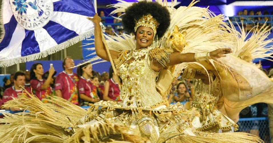 17.fev.2015 - Casal de mestre-sala e porta-bandeira da Beija-Flor