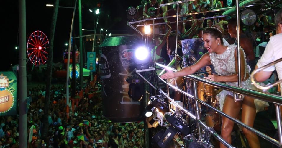 17.fev.2015 - Claudia Leitte acena para fãs durante apresentação do trio Largadinho