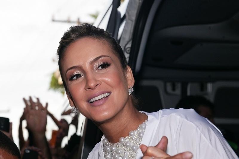 17.fev.2015 - Com look perolado, Cláudia Leitte chega ao Circuito Barra-Ondina para mais uma apresentação de seu trio Largadinho, em Salvador