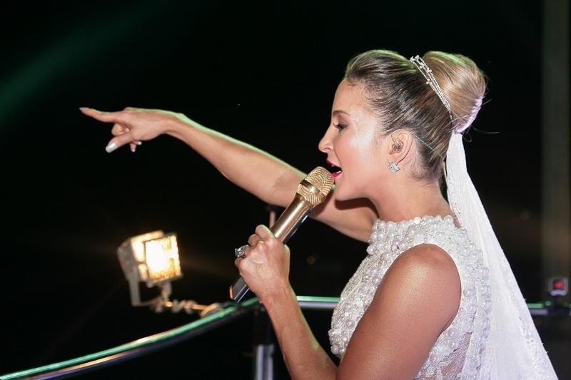 17.fev.2015 - Claudia Leitte escolheu uma fantasia de noiva para comandar o trio Largadinho, no circuito Barra-Ondina, nesta terça-feira (17) em Salvador. O tema do bloco era