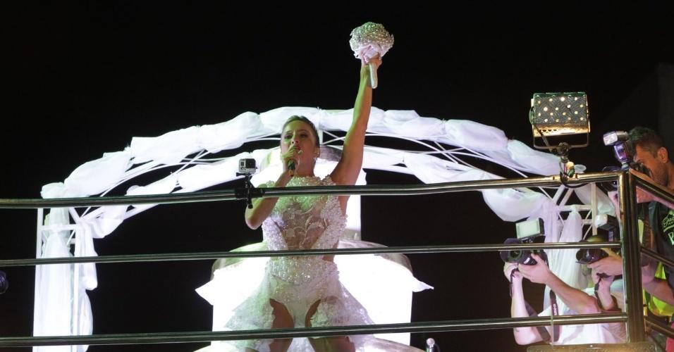 17.fev.2015 - Claudia Leitte escolheu uma fantasia de noiva para comandar o trio Largadinho, no circuito Barra-Ondina. Para completar o figurino, a cantora levou para o trio um luxuoso buquê feito de pérolas e strass.
