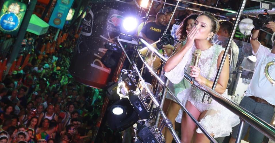 17.fev.2015 - Claudia Leitte manda beijo para fãs durante apresentação do trio Largadinho