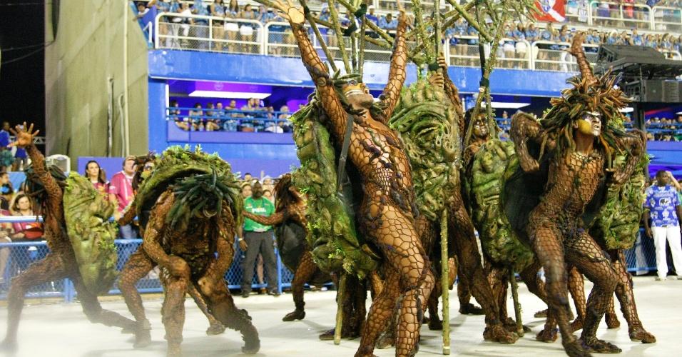 17.fev.2015 - Comissão de frente da Beija-Flor