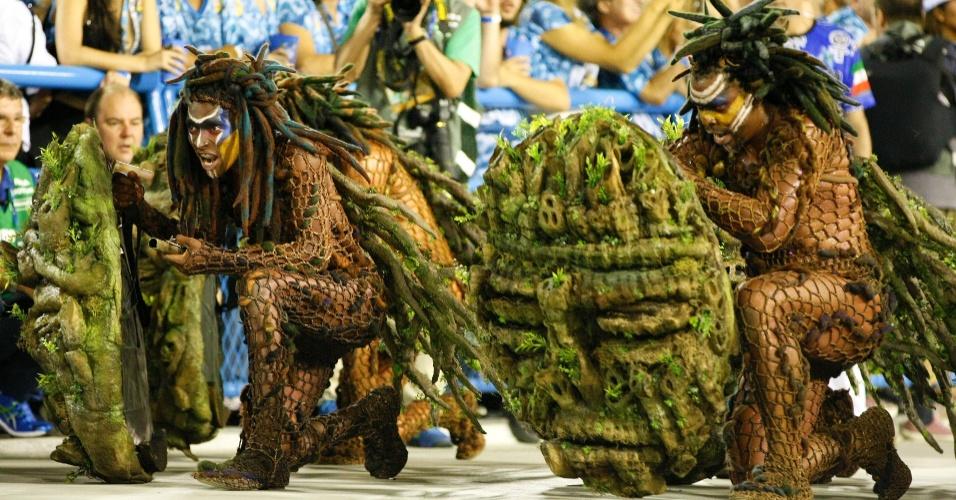 """17.fev.2015 - Comissão de frente da Beija-Flor. A escola apresenta o samba-enredo """"Um Griô conta a história: um olhar sobre a África e o despontar da Guiné Equatorial. Caminhemos sobre a trilha de nossa felicidade"""""""