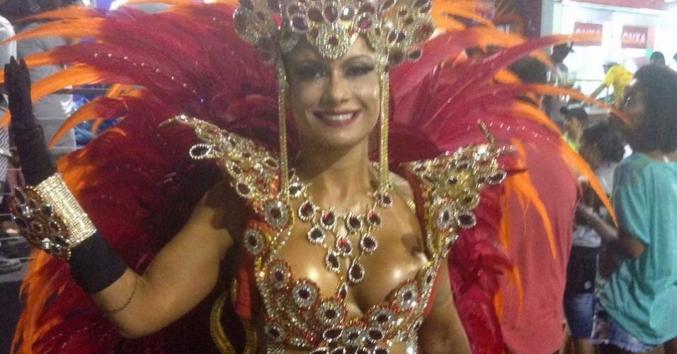 17.fev.2015 - Dani Sperle, musa da União da Ilha, usa uma fantasia que custou R$ 60 mil e um tapa-sexo minúsculo
