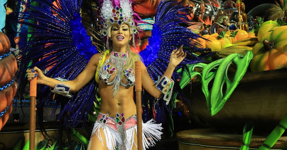 17.fev.2015 - Destaque de carro da Beija-Flor