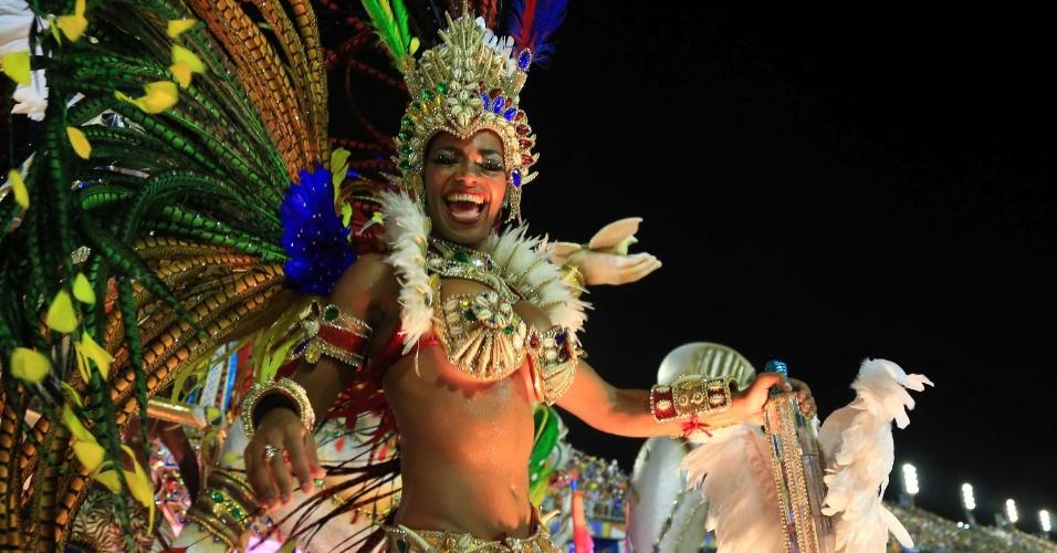 17.fev.2015 - Destaque de carro da Beija-Flor, que faz desfile em homenagem a Guiné Equatorial
