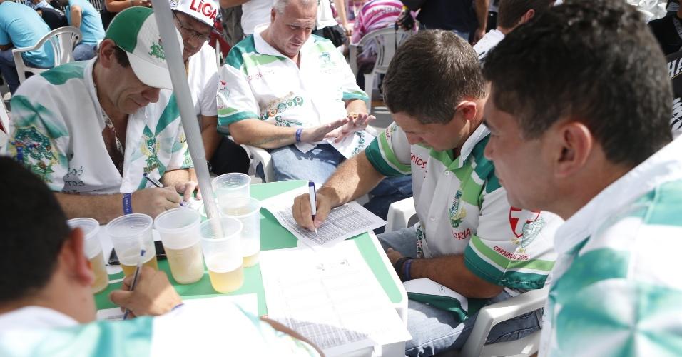 17.fev.2015 - Diretoria da Mancha Verde acompanha a apuração das notas dos desfiles das escolas de samba de São Paulo