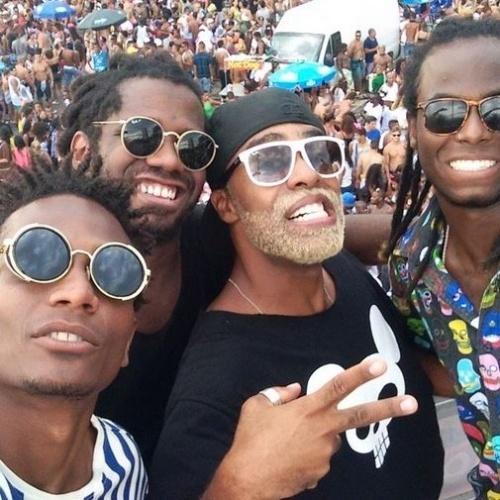 17.fev.2015 - Douglas, ex-BBB15, aproveita carnaval no Rio de Janeiro, na praia Barra da Tijuca, e tira foto de cima do trio elétrico do Trio Ternura com os integrantes do grupo