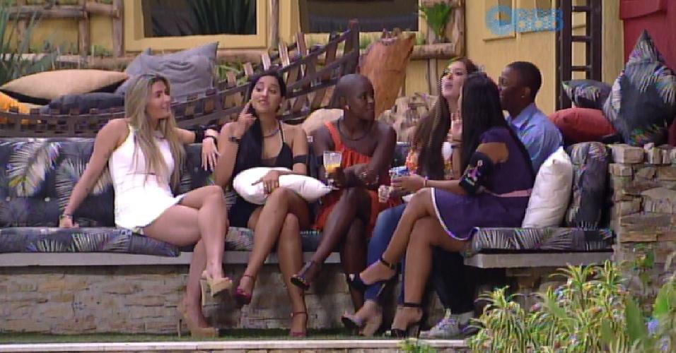 17.fev.2015 - Duas horas antes do programa ao vivo, Luan e sisters conversam na área externa da casa