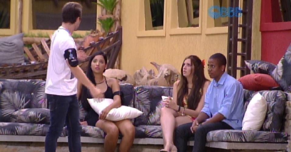 17.fev.2015 - Em conversa com Talita, Tamires e Rafael na área externa da casa, Rafael diz ter certeza que Mariza será eliminada
