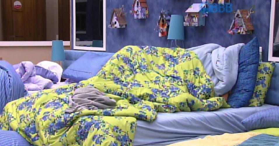 17.fev.2015 - Embaixo do edredom, Fernando diz para Aline que vai dar 'um brinquedo' para a sister