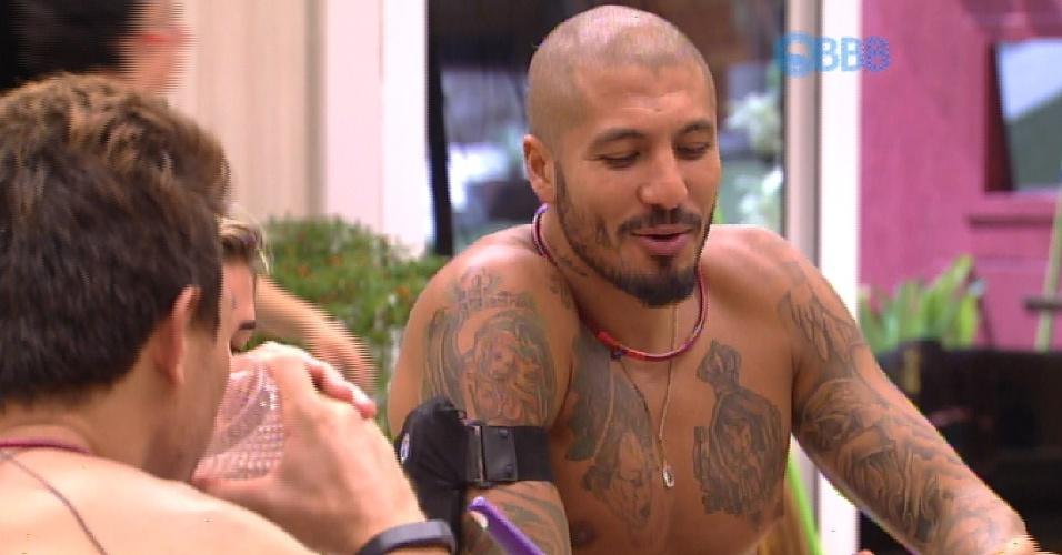 17.fev.2015 - Fernando acredita que torcida irão se unir e salvar Aline e Mariza