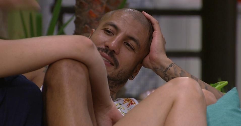 17.fev.2015 - Fernando e Aline falam de planos para fazerem a mesma tatuagem ao deixaram o reality