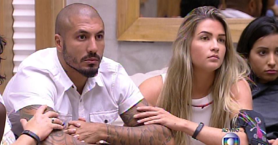 17.fev.2015 - Fernando simula em discurso de despedida para Aline e Amanda