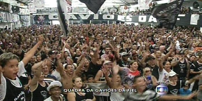 17.fev.2015 - Foliões acompanham a apuração da Gaviões da Fiel na quadra da escola
