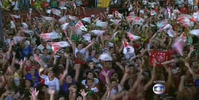 17.fev.2015 - Foliões acompanham a apuração da Mocidade Alegre na quadra da escola