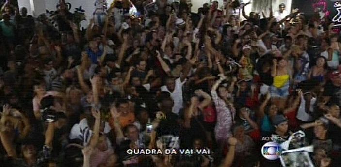 17.fev.2015 - Foliões acompanham a apuração da Vai-Vai na quadra da escola, campeã do carnaval de São Paulo em 2015