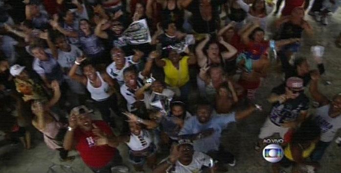 17.fev.2015 - Foliões comemoram a vitória da Vai-Vai na quadra da escola, no bairro da Bela Vista, em São Paulo