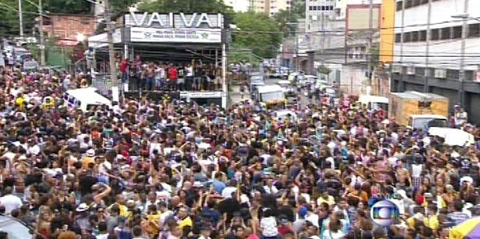 17.fev.2015 - Foliões comemoram a vitória da Vai-Vai na rua em frente a quadra da escola, no bairro da Bela Vista, em São Paulo
