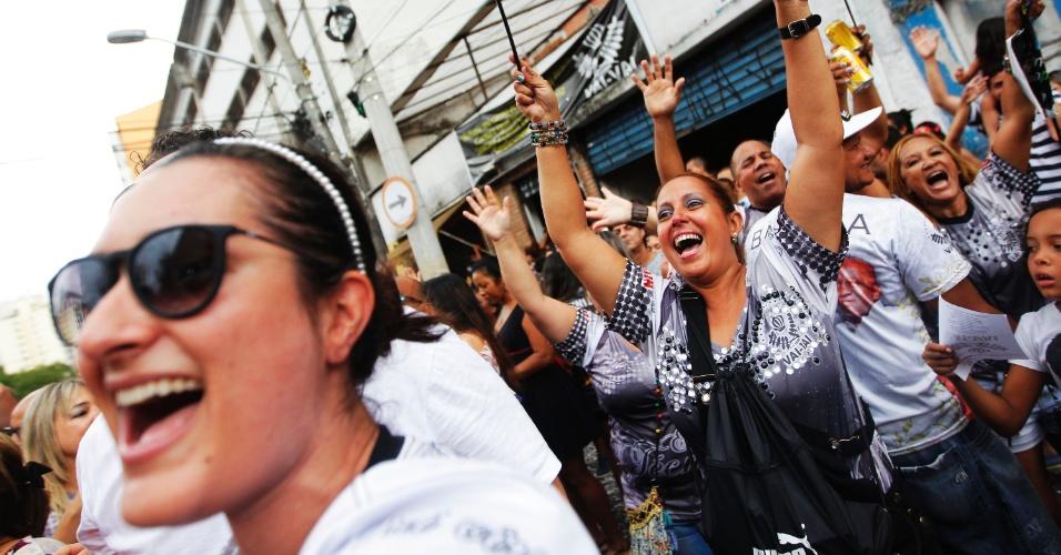 17.fev.2015 - Foliões comemoram na quadra da Vai-Vai sob chuva