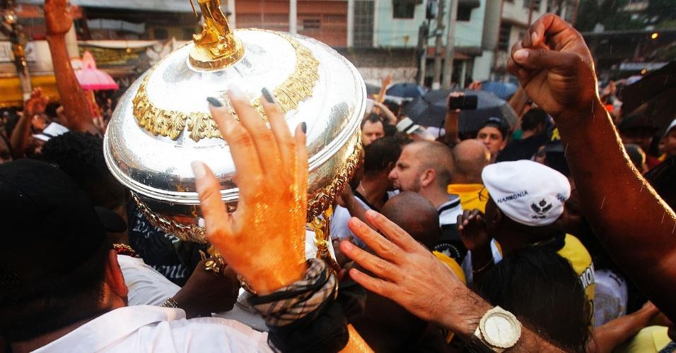 17.fev.2015 - Foliões tocam no troféu na quadra da Vai-Vai