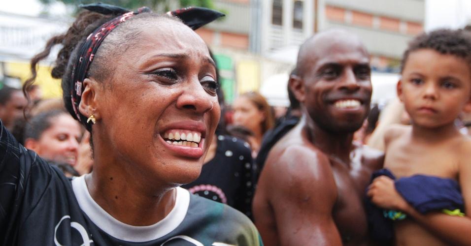 17.fev.2015 - Foliona se emociona na comemoração da Vai-Vei, eleita a campeã do Carnaval