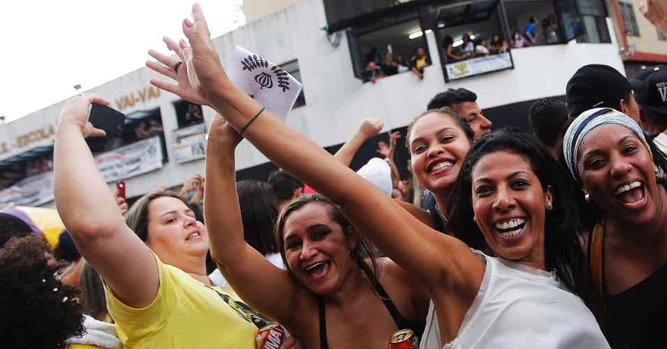 17.fev.2015 - Folionas comemoram na quadra da Vai-Vai sob chuva