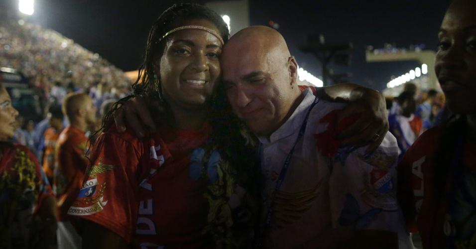 17.fev.2015 - Integrantes celebram o fim do desfile
