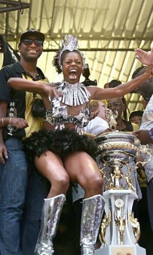 17.fev.2015 - Ivi Mesquita, integrante da escola, comemora o titulo conquistado pela escola de samba Vai Vai