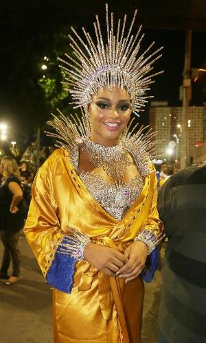 17.fev.2015 - Juliana Alves, rainha de bateria da Unidos da Tijuca, prepara-se para entrar na Sapucaí na madrugada desta terça-feira de Carnaval