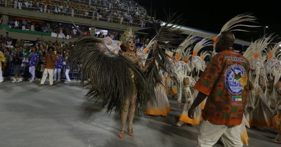 17.fev.2015 - Madrinha da Beija-flor, a atriz Claudia Raia desfila na Sapucaí
