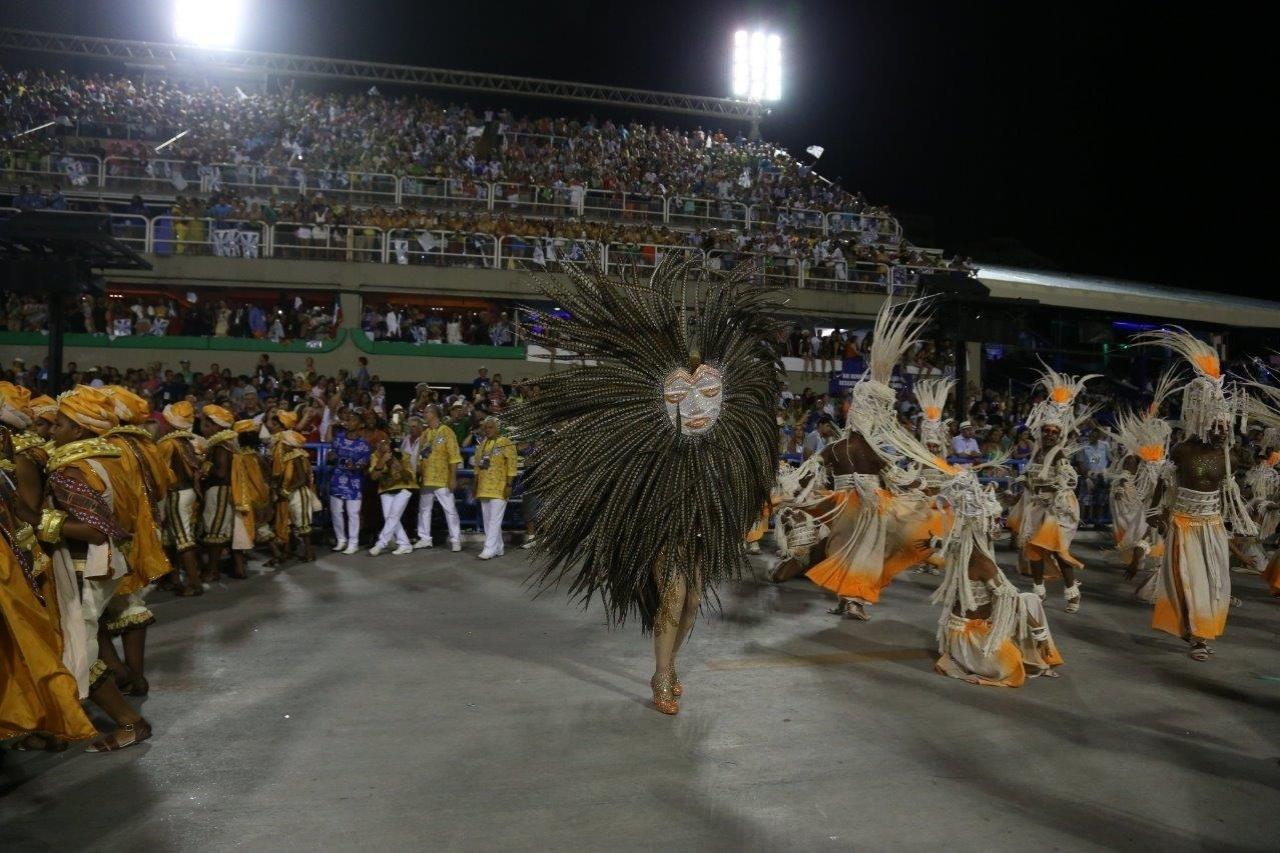 17.fev.2015 - Madrinha da Beija-Flor, Claudia Raia se esconde atrás de fantasia durante desfile na Sapucaí