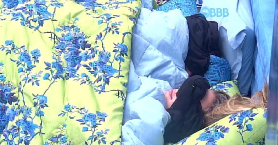 """17.fev.2015 - Mesmo reclamando de dores nas costas, Aline canta para Fernando hit de Gusttavo Lima: """"Bom dia, meu bebê! Te amo, meu bebê"""""""