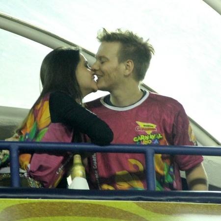 Michel Teló e Thais Fersoza se beijam em camarote na Marquês de Sapucaí, no Carnaval de 2015 - Anderson Borde/AgNews