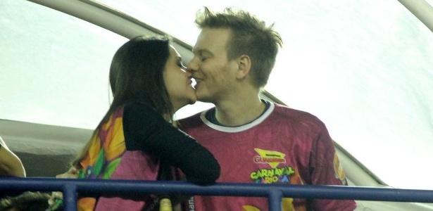Michel Teló e Thais Fersoza se beijam em camarote na Marquês de Sapucaí, no Carnaval de 2015