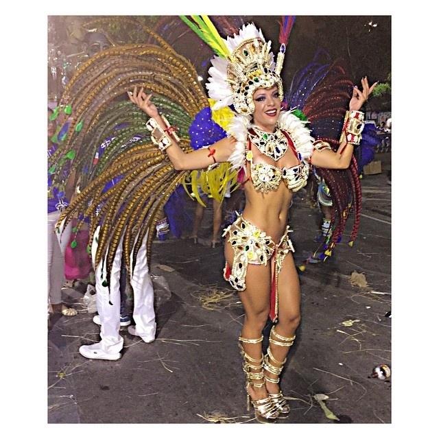 17.fev.2015 - Musa Denise Dias faz desfile na Beija-Flor, que homenageou a Guiné Equatorial