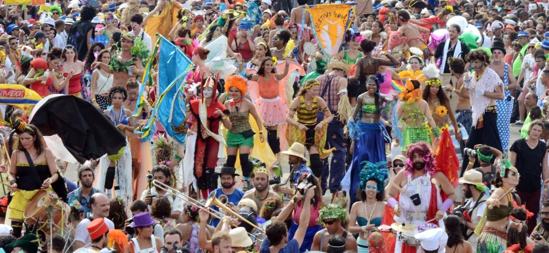 A Orquestra Voadora -- conhecida por fazer arranjos inovadores de sucessos da MPB e hits internacionais -- em desfile no Aterro do Flamengo, no Rio, no Carnaval de 2015 - Carlão Limeira/UOL