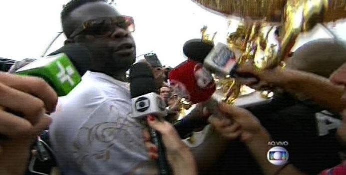 17.fev.2015 - O presidente da Vai-Vai, Darly Silva, o Neguitão, carrega o troféu de campeão do Carnaval de 2015