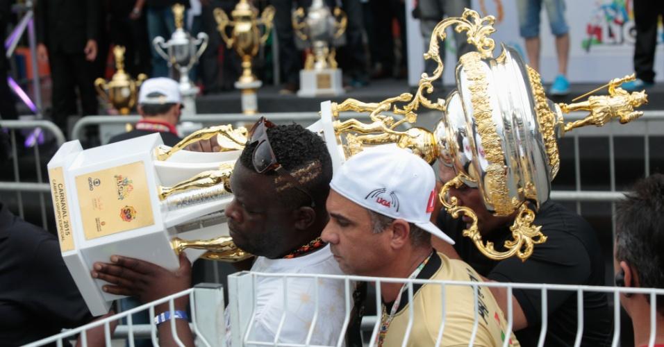 17.fev.2015 - O presidente da Vai-Vai, Darly Silva, o Neguitão, carrega o troféu de escola campeã do Carnaval de 2015