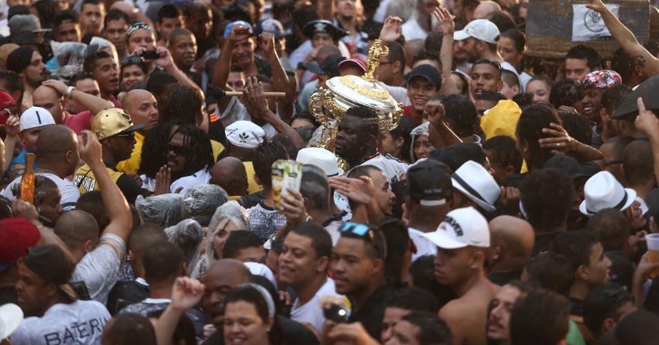 17.fev.2015 - O presidente da Vai-Vai, Darly Silva, o Neguitão, carrega o troféu no meio do povo no Bixiga