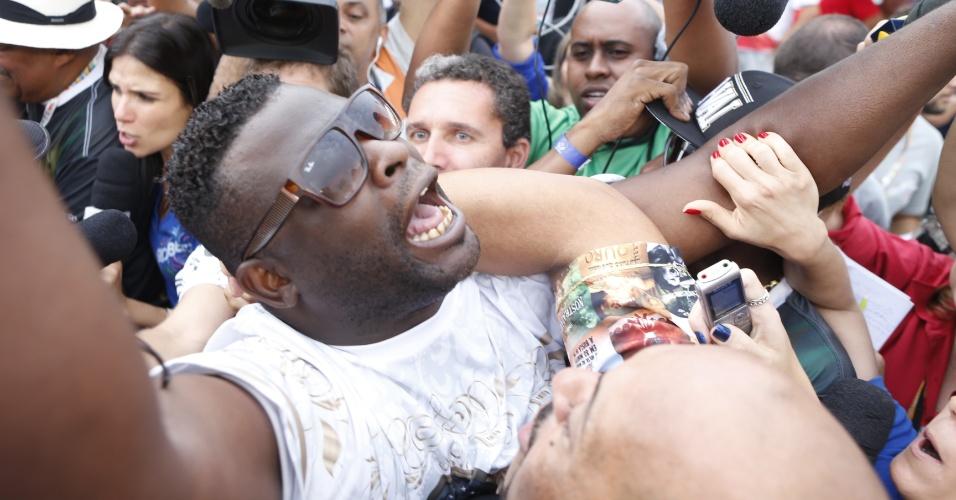 17.fev.2015 - O presidente da Vai-Vai, Darly Silva, o Neguitão, comemora o título de campeão do Carnaval de 2015