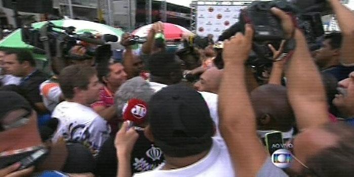 17.fev.2015 - O presidente da Vai-Vai, Darly Silva, o Neguitão, comemora o vitória da escola no Carnaval de 2015