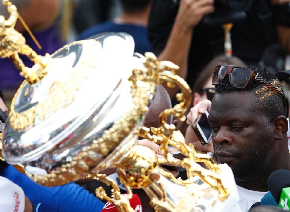 17.fev.2015 - O presidente da Vai-Vai, Darly Silva, o Neguitão, recebe o troféu de escola campeã do Carnaval de 2015
